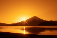山梨県 夕日と逆さ映りの富士
