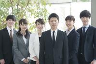 チームで働く日本人ビジネスパーソン