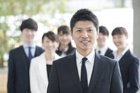 チームで働く日本人ビジネスマン