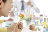 ビジネスランチをする若い日本人女性