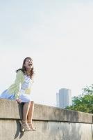防波堤で叫ぶ日本人女性
