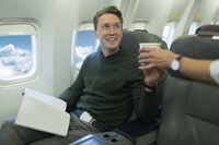 飛行機に乗る外国人男性