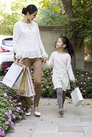 買い物をする母親と娘