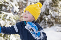 雪遊びをする男の子