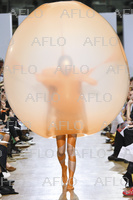英名門ファッション大学のショーで発表された風船ドレスが話題に