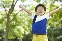 新緑と笑顔の日本人の男の子