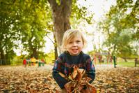 紅葉を楽しむ子供