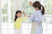 窓を拭く母と娘