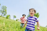公園を走る日本人の男の子たち