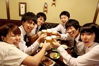 乾杯する日本人ビジネス男女