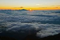 長野県 雲海の彼方から昇る日の出と浅間山