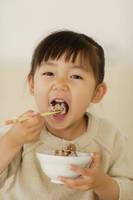 十穀米を食べる女の子