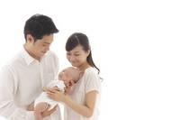 新生児を抱っこする新米パパとママ