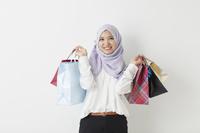 買い物袋を持つムスリムの女性