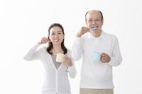 歯を磨く日本人シニア夫婦
