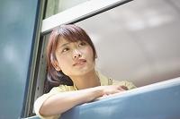 鉄道旅行する日本人女性
