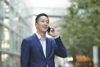電話をする若い日本人男性
