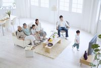 テレビを観る3世代家族