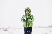 雪で遊ぶ外国人男の子