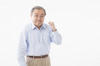 ガッツポーズをするシニアの日本人男性