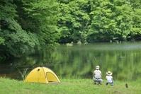 湖畔で釣りをする家族