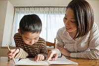一緒に宿題をする母親と男の子