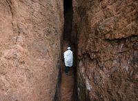 岩の間の道を行く祭司 聖アバ・リバノス教会前