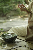 冷酒を飲む着物の日本人女性