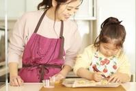お菓子作りをする日本人親子