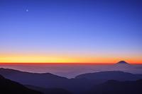 山梨県 北岳山荘付近より月と雲海と富士山朝景 南アルプス