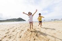 砂浜を走る日本人の女の子