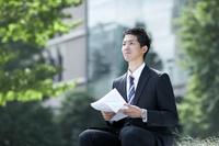 遠くを見る就活中の日本人男性