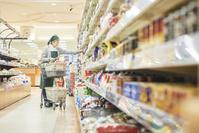 スーパーで買物代行をする日本人のシニア女性