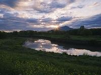 茨城県 菜の花咲く小貝川と筑波山と朝日
