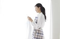 洗濯物を持つ若い主婦