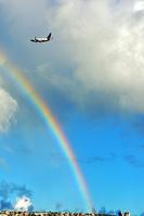 グアム グアム空港にかかる虹とユナイテッド航空ボーイング737型機
