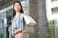 買い物をする日本人女性