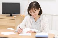 手紙を書くシニア日本人女性