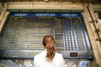 時刻表と日本人女性 パリ