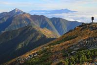 山梨県 北岳肩ノ小屋付近から見た甲斐駒ケ岳と登山者