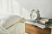 ベッドサイドにある目覚まし時計
