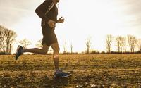 ジョギングで音楽を聴く男性