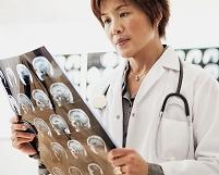 MRI画像を見る医師