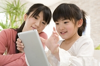 タブレットを操作する日本人親子