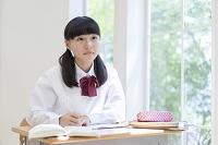 勉強する女子中学生