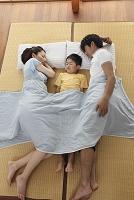 ゴザの上で並んで寝る家族