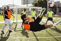 シュートしようとするサッカー選手
