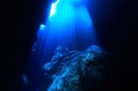 海中の洞窟と光
