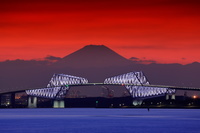 東京都 東京ゲートブリッジと富士山の夕焼け