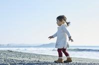 海岸を歩く日本人の子供